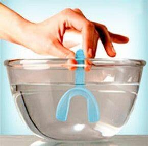 マウスピースを摂氏90度のお湯に浸し柔らかくする