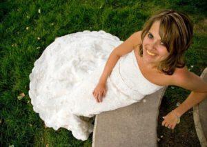 黄ばんだ歯の花嫁の写真