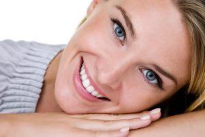 白い歯の笑顔は清潔感があって素敵